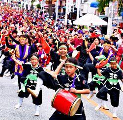 勇壮な演舞で沿道の見物客を沸かせた「一万人のエイサー踊り隊」=4日午後、那覇市・国際通り(崎浜秀也撮影)