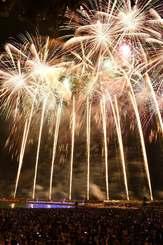 夜空を彩る色とりどりの花火=2018年9月16日、沖縄県・宜野湾トロピカルビーチ