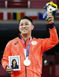 空手男子形で獲得した金メダルを胸に笑顔の喜友名諒=日本武道館