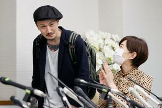 記者会見に臨む増田太輝さん。右は亀石倫子弁護士=18日午後、大阪市