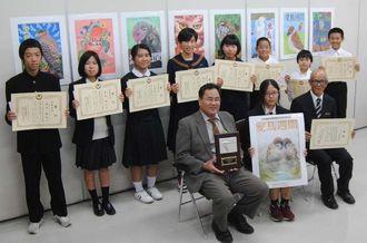 日本鳥類保護連盟会長賞を受賞した平良静香さん(前列中央)と、県コンクールの最優秀賞受賞者(後列)ら=25日、沖縄県庁