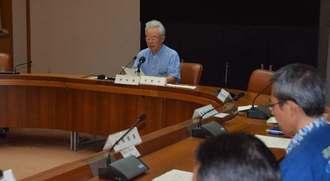 県民に節水を呼び掛ける県渇水対策本部副本部長の富川盛武副知事(中央)=14日午前、県庁
