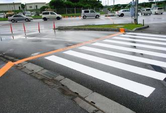 米軍嘉手納基地第3ゲート前の横断歩道に沿って、引き直された境界線=日、沖縄市白川