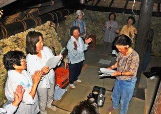 石垣の上に茅の屋根が敷かれた御嶽で、集落の女性たちが神歌をささげた