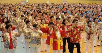 ふれあいタイムで楽しく踊る参加者=27日午前、沖縄市体育館(長崎健一撮影)