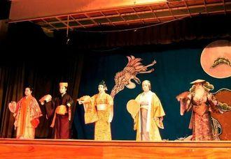 演舞を披露する琉球舞踊玉城流円の会のメンバー