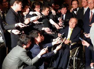 安倍首相との会談後、記者の質問に車いすで答える仲井真知事=19日、首相官邸