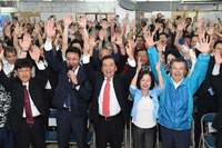 沖縄市長に桑江朝千夫氏再選 自公維で連勝、県知事選に弾み