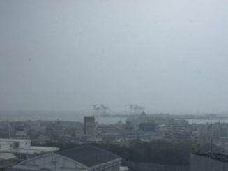 空は雨雲が広がり、那覇では大雨=25日午後1時20分ごろ