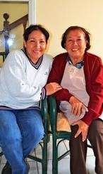 仲良く笑顔を見せる、上地樽さんの娘ロサさん(右)と孫のマイダさん=サンタクルス市