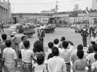 交通方法変更後の那覇市・泊高橋交差点=1978年7月30日