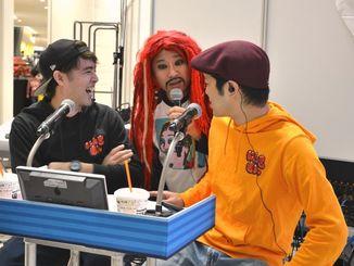 イベントは「にんきもんラジオ」で生放送。テレビ版の司会の山城智二さん(中央)が放送に割り込んできました=12月21日、サンエー浦添西海岸パルコシティ