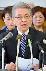 沖縄市長選への出馬を表明する島袋芳敬氏=16日、沖縄市高原