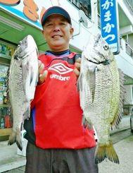 19日、西崎海岸で45センチ1.4キロ、40.5センチ1.02キロのミナミクロダイを釣った宮城勝弘さん。道糸3号、ハリス2号、針チヌ3号、オキアミのエサ