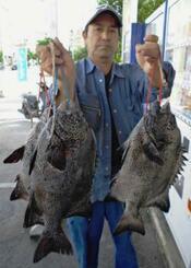 伊南瀬海岸で51.7センチ、2.8キロのガラサーミーバイを釣った大城保さん=12月1日
