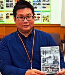 DVDを手に「学校の平和学習で活用してほしい」と呼び掛ける豊見城市文化課の島袋幸司さん=同市伊良波の市立中央図書館
