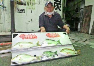 東浜海岸で40センチ、0.92キロのチンシラーを釣った山城辰彦さん=2日