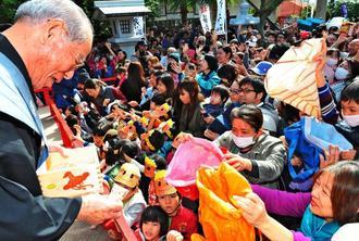 年男や年女が節分祭で無病息災を願い豆をまいた=3日午前、那覇市若狭・波上宮