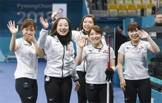 カーリング女子3位決定戦で英国を破って銅メダルを獲得し、笑顔で手を振る(左から)吉田知、藤沢、本橋、鈴木、吉田夕=江陵(共同)