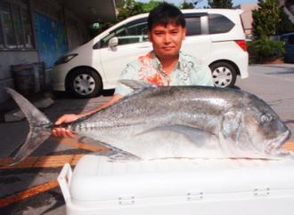 宜野湾海岸で118センチ、19.85キロのロウニンアジを釣ったAK TAMAN DREANの安里和也さん=21日