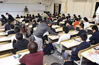 大学入試センター試験に臨む受験生=2016年1月16日