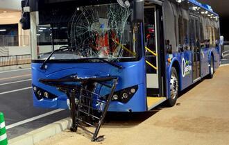 歩道に乗り上げガードパイプが車体前面を貫通したシャトルバス=27日、サンエー浦添西海岸パルコシティ