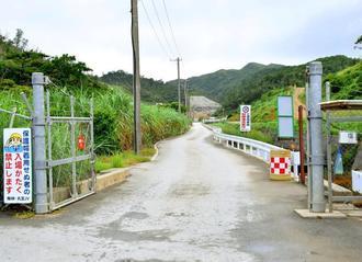 米軍キャンプ・ハンセン内の安富祖ダムの工事現場で4月に発覚した流弾事件。沖縄防衛局は米軍の弾丸と結論(恩納村・安富祖ダム工事現場入り口)