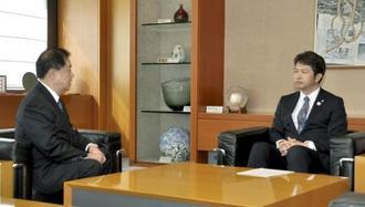茨城県の大井川和彦知事(右)と面会する日本原子力発電の村松衛社長=22日午前、茨城県庁