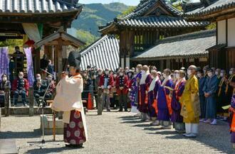 大阪府太子町の叡福寺で行われた「1400年御遠忌大法会」=10日午前