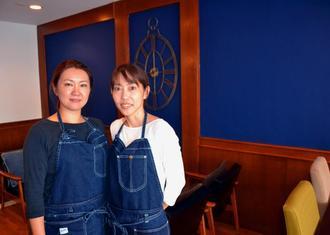 「気軽に立ち寄ってほしい」と呼び掛ける店長の安次富さん(左)とホールを担当しているいとこの森根茜さん=8日、沖縄市中央