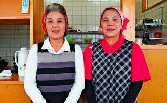 店主の大城朝子さん(右)と姉の正江さんが店を切り盛りする