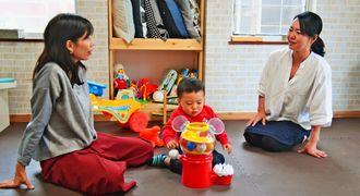 ママスペースBeeで子育てと女性の活躍について意見を交わす翁長代表(右)と立ち上げメンバーの渡部さん=西原町