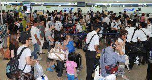 台風9号の接近に伴い、便の変更手続きで混雑する那覇空港のチェックインロビー=9日午前9時53分