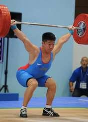 重量挙げ成年男子77キロ級で優勝した宮本昌典=小浜市民体育館
