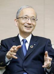 インタビューに答える三井住友トラスト・ホールディングスの高倉透新社長