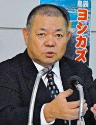 市長選再選に向けて政策を発表する島袋吉和氏=日午後5時分ごろ、名護市東江の後援会事務所