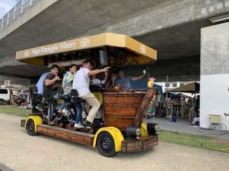 JTB沖縄の新キャンペーン「オキナワイーモーション」で県内初お披露目となった「アメージングバイク」に乗車する参加者ら=1日、那覇市