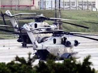 米軍普天間飛行場に駐機するCH53Eヘリコプター=17日夕、沖縄県宜野湾市
