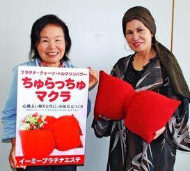 ちゅらっちゅマクラをPRする白道イーミー代表(右)=8日、沖縄タイムス社