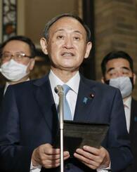 バイデン米大統領との電話会談を終え、記者団の取材に応じる菅首相=28日未明、首相公邸