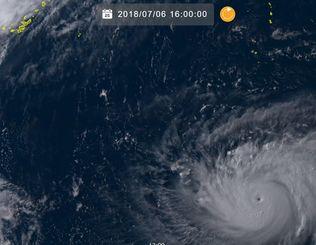 右下が台風8号。台風の目がくっきりとしているのが分かる(6日午前16時、ひまわり8号リアルタイムwebから)