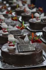 チョコレートでコーティングされたケーキの上にはサンタクロースなどの飾りが施された=7日、那覇市通堂の沖縄製粉サービスセンター