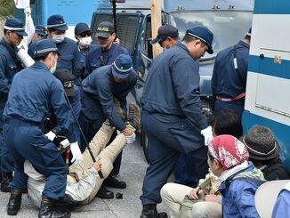 座り込む市民を強制排除する機動隊員(名護市辺野古、資料写真)