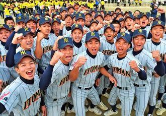 センバツ出場を決め、ガッツポーズで喜ぶ糸満高野球部の選手たち=23日午後、糸満市の同校(伊藤桃子撮影)