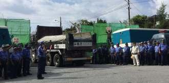 新基地建設に反対する市民らが抗議する中、米軍キャンプ・シュワブに入る工事車両=1日午前9時5分ごろ、名護市辺野古