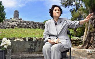 魂魄の塔の前で、戦後直後の遺骨収集の状況を話す翁長安子さん=糸満市