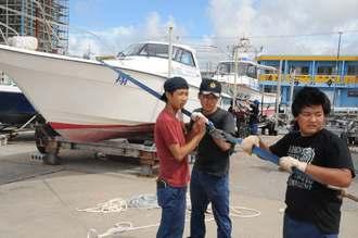 台風18号の接近に備え、船を係留する宮古総合実業高校の生徒たち=12日午後2時27分、宮古島・平良港下里船だまり