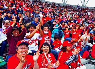 広島-楽天戦の七回裏、広島のメヒア選手がオープン戦1号の本塁打を放ち、大喜びのカープファン=24日、コザしんきんスタジアム(下地広也撮影)