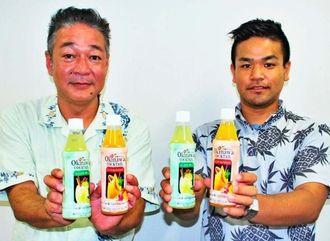 OKINAWAカクテルの「マンゴー&パッション」と「シークワーサー」をPRする林秀次専務(左)と仲里将平主任=6日、沖縄タイムス社