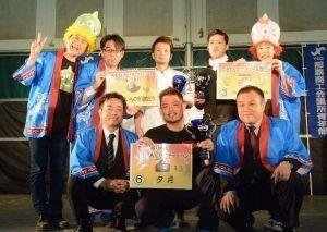 表彰式後、笑顔で記念撮影する受賞者=8日、奥武山公園